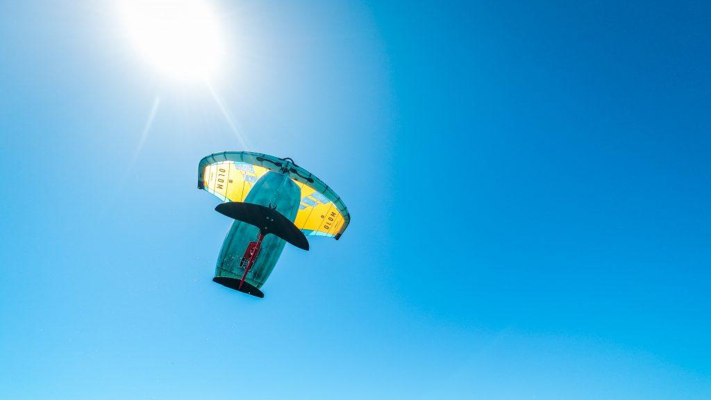 Sprung eines Wingfoilers vor der Sonne mit Material von Appletree Surfboards